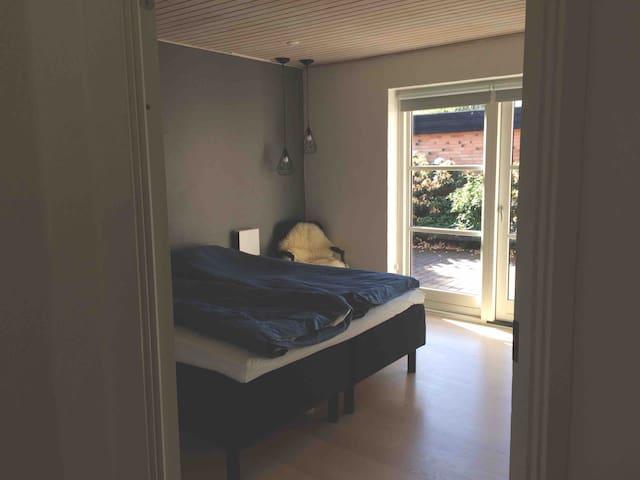 Soveværelse med dobbeltseng