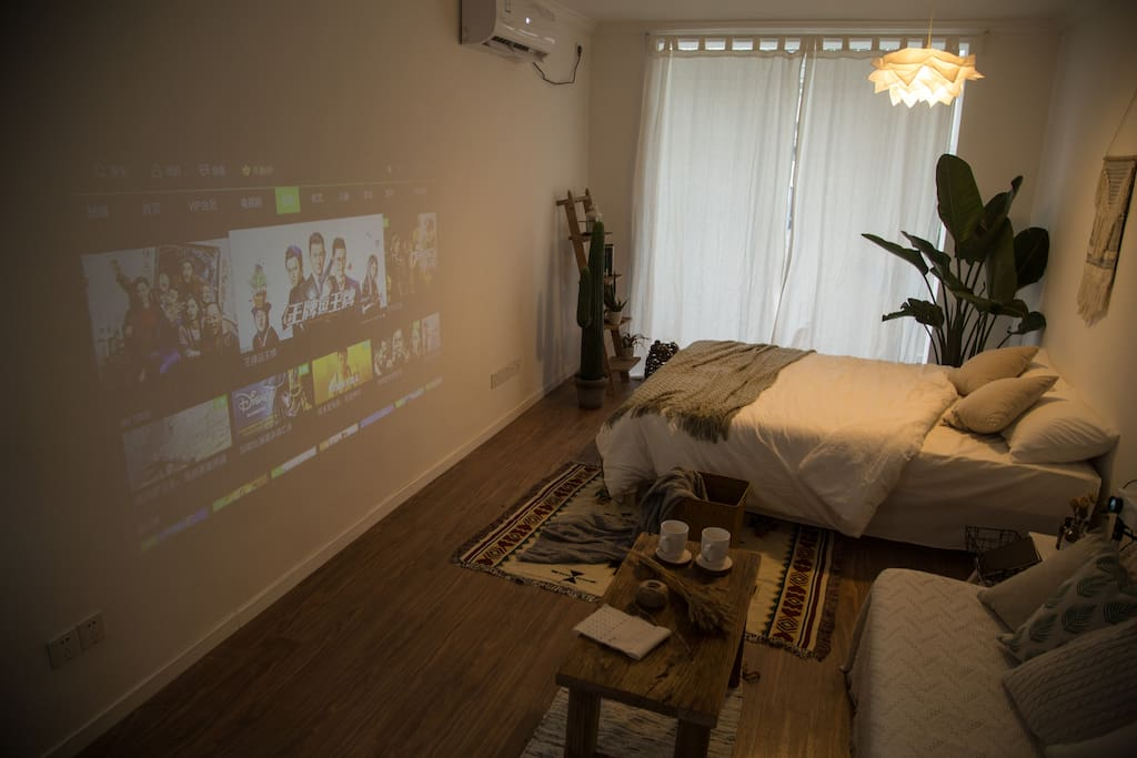 客厅100寸的大屏投影仪(可联网在线观看)~拉上窗帘,一起看个电影吧