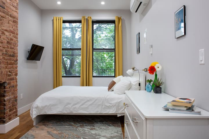 City living in Bushwick private room, J train 2-3