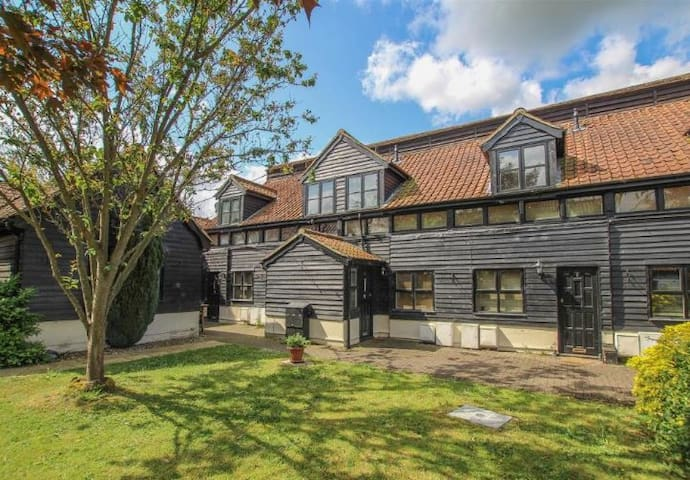 Beautiful Mews House within Brentwood golf course