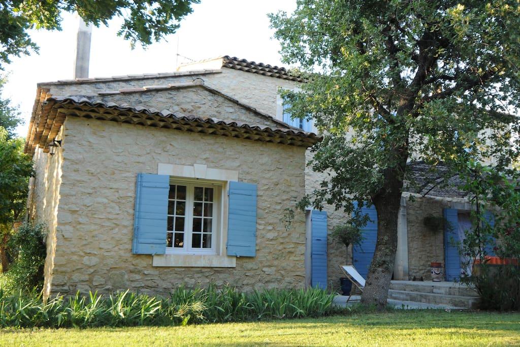 Vue sur la partie ouest de la maison et une partie de la terrasse