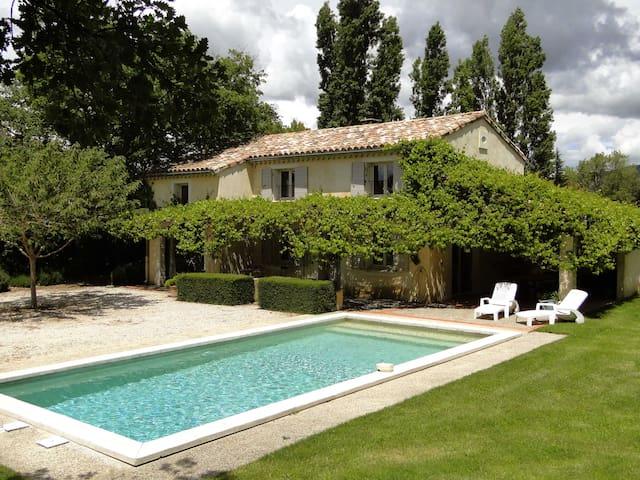 Belle réédition de mas provençal avec piscine