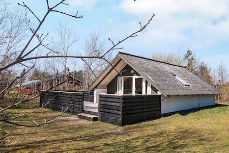 Maison de vacances cosy avec terrasse couverte à Glesborg