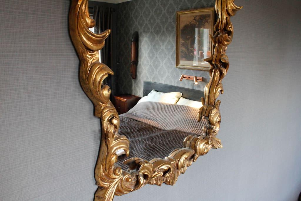 Spegel i sovrummet
