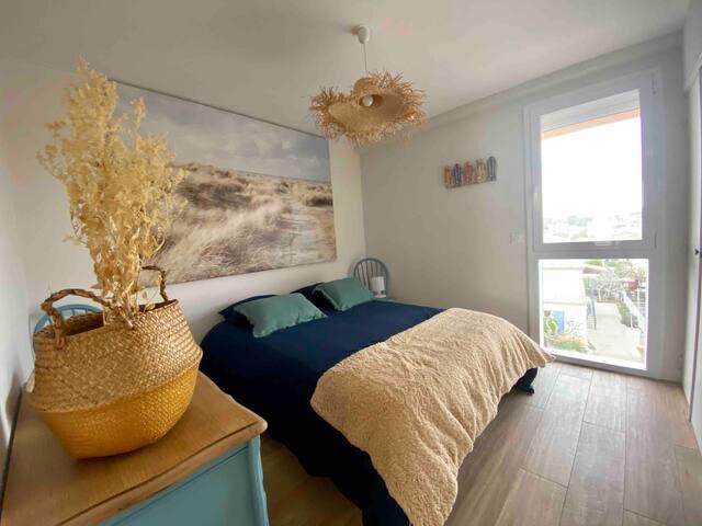 """Plongez vous sous les dunes dans ce lit queen size (160cm) dans la chambre """"Côté Dunes"""""""