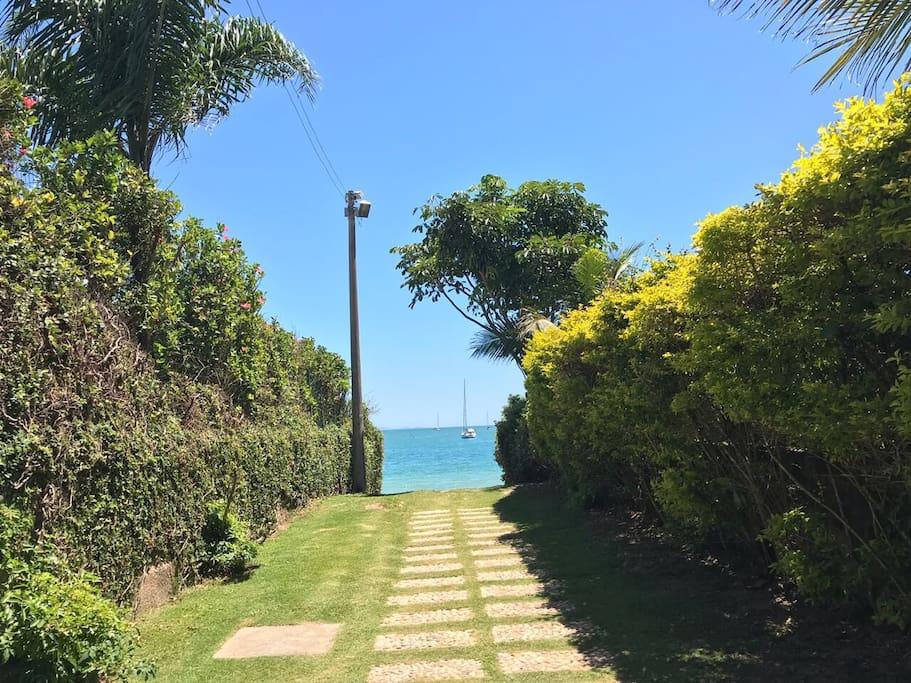 Alameda que dá acesso a praia, em frente da casa.