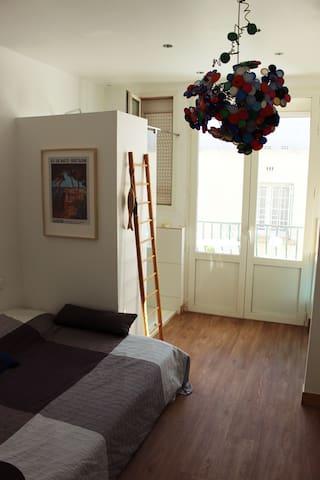 chambre rénovée très lumineuse avec salle de bains et balcon