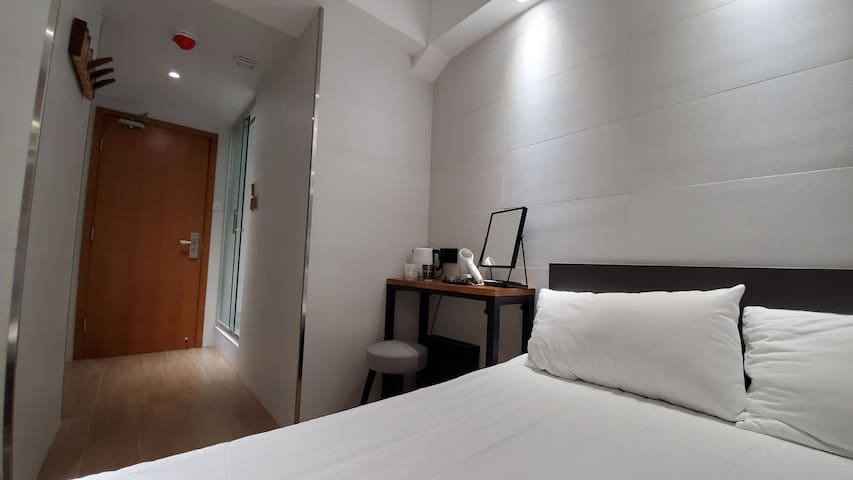 2 mins from MTR - Queen room with Private Bathroom