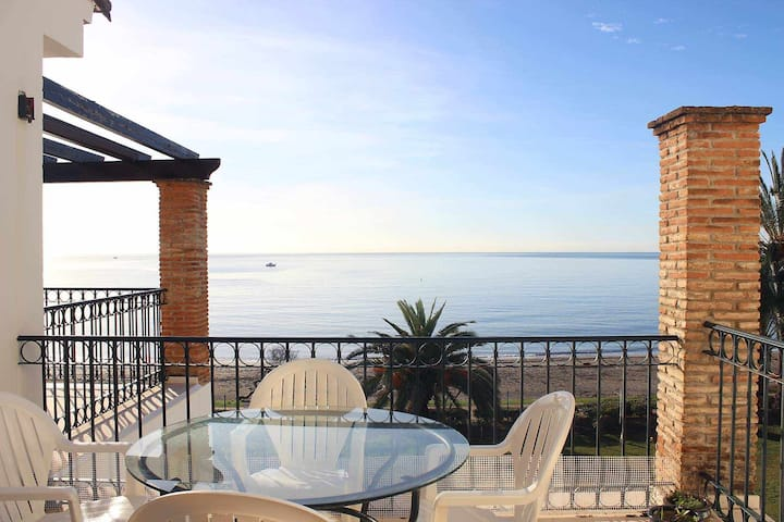 Apartment for 6 people in a front line beach location. Sea views