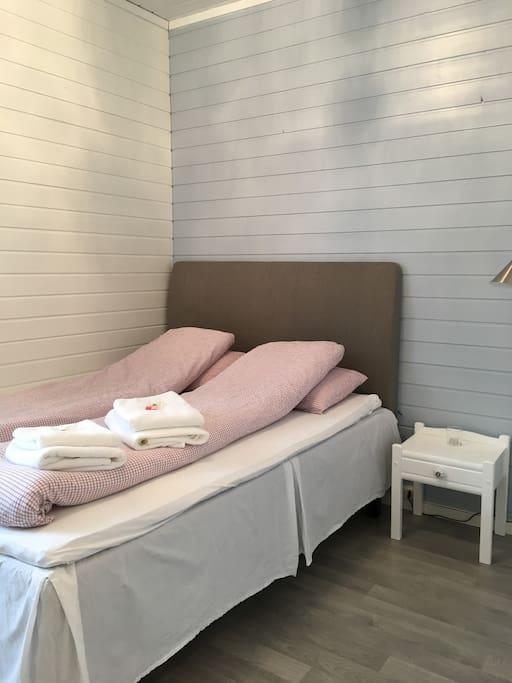 Rom 2 med 150 cm brei seng, TV, kommode, klesstativ