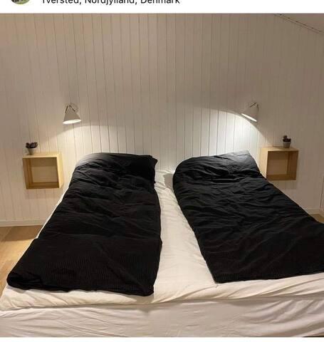 Soveværelse med dobbelt seng og stort skab
