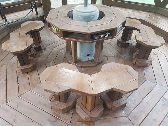 음악감상실, 온실 의자와 테이블 입니다.  오디오세트가 되어있어 스마트폰과 연결하시거나 cd로 음악감상실로 사용가능하시고 추운계절에는 브루스타를 이용한 바베큐 가능하십니다.