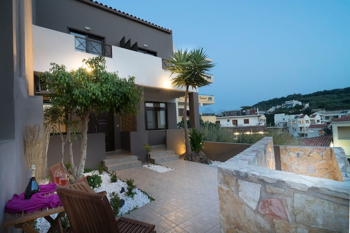 Astrea Suites3 5mins walk to beach with pool