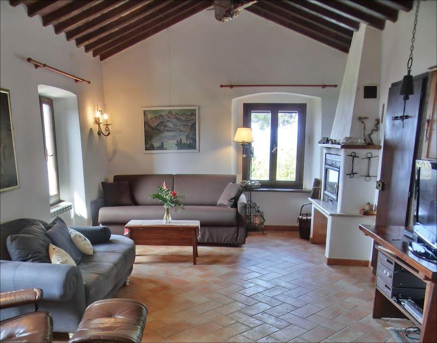 Wohnzimmer in historischen Gemäuern mit Kamin und märchenhafter Aussicht