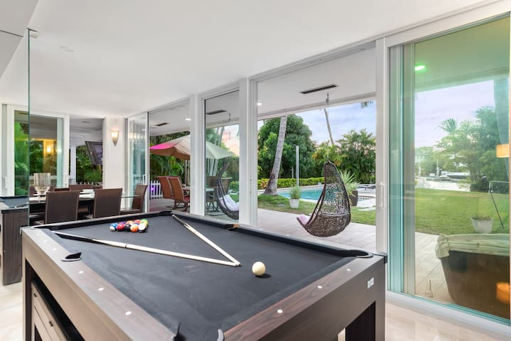 Paradise Miami Villa - Billiards, Movies, Swings!