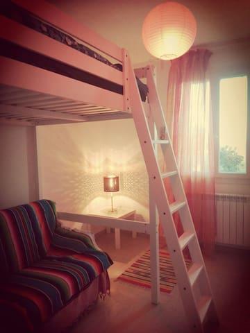 Gioiosa moderna colorata casa nella natura veneta