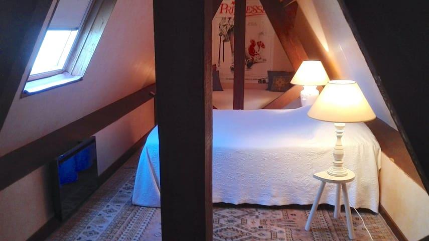 Chambre sous les toits, avec vue sur l'horizon marin. (On peut se tenir debout).