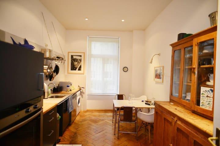 Küche mit Kaffeevollautomat