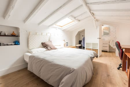Attic bedroom with character at Sol - Madrid - Bed & Breakfast