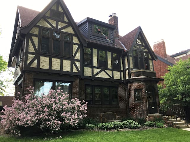 Large, sunny Eastside flat by UWM with parking