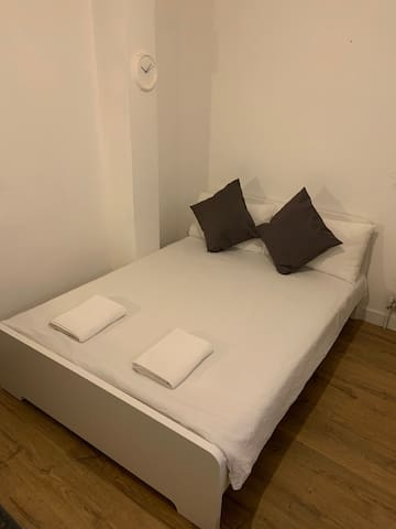 Newly Refurbishe Double Room in Warren Street 1