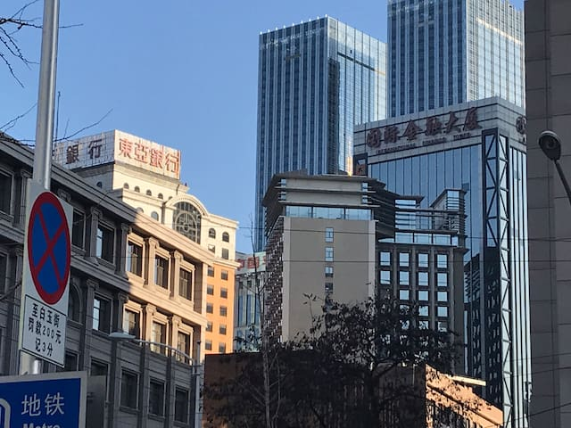 酒店在东亚银行与金融大厦之间