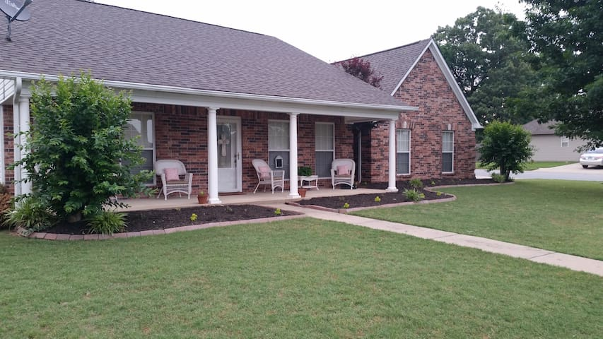 Charming, quiet home, close to L.R. - Bryant