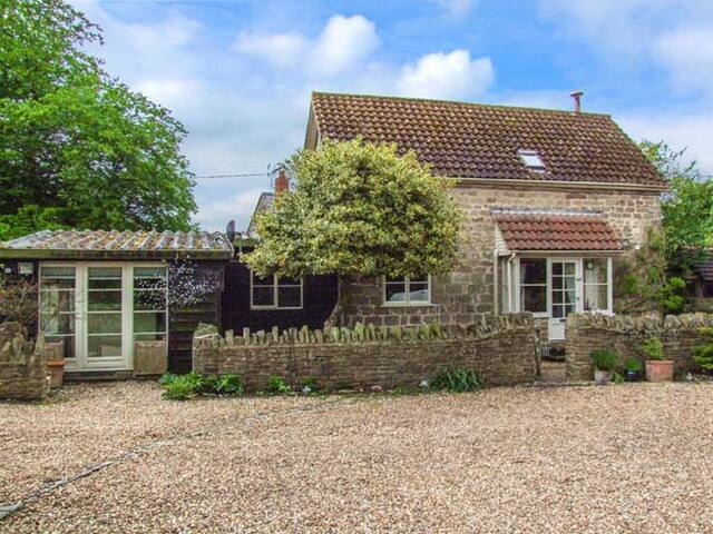 THE COACH HOUSE, pet friendly, with pool in Walford, Ref 927357
