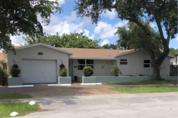 Family Retreat: Large Home-Free Parking-Patio-WiFi