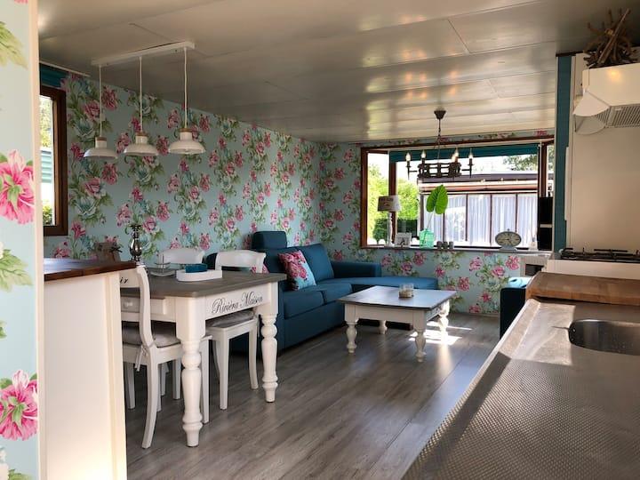 Luxe caravan 'Fleur' op rustige camping