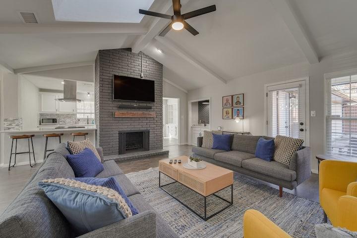 Art Deco Lavish 5BR Home with Large Back Yard