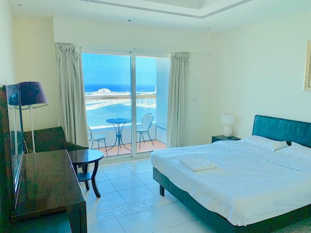 Private room w/balcony with an amazing palm view