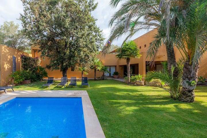Family-friendly and with a spectacular garden – Holiday Home Cala Bona