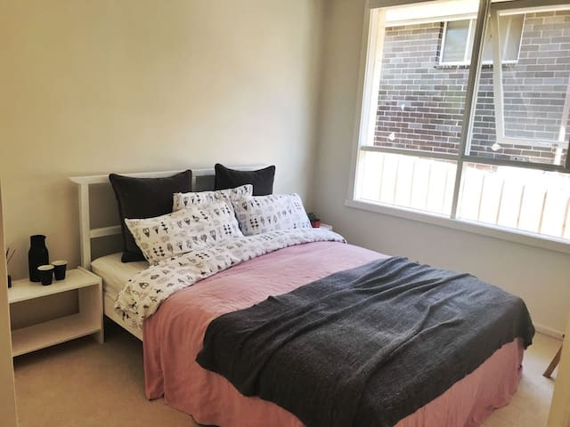Room Close to Deaken and public transport, Wifi.