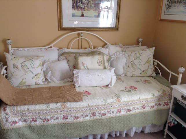 Cozy room in quite well maintained - Courtice - Ház