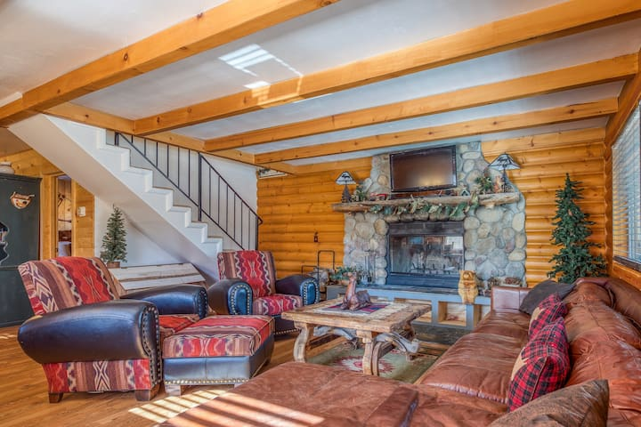 Lovely dog-friendly cabin w/ large deck, grill, free WiFi, and full kitchen!