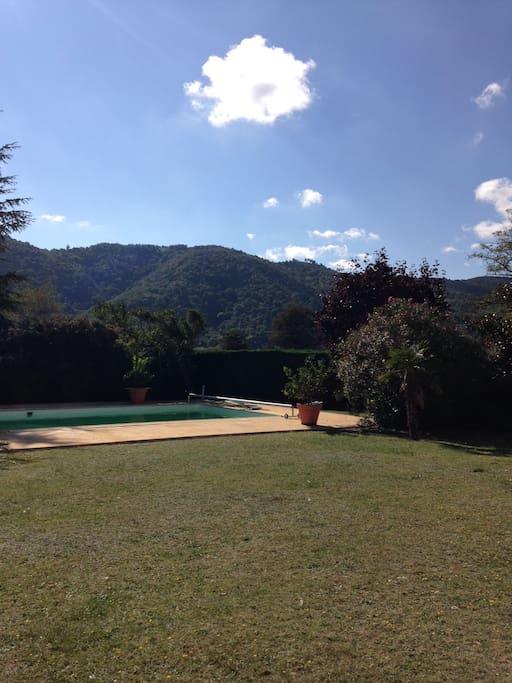 Vue de la maison sur les montagnes d'Ardèche