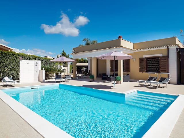 Villa with private pool at 1,5m from sandy beach