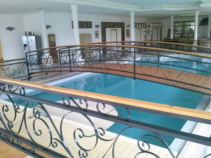 Loft atypique 700 m² piscine centrale et tennis