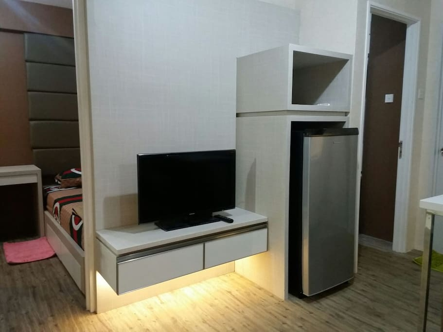 "Living room. Flat TV 32"", fridge."