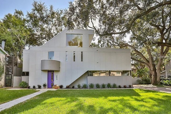 Luxury Modern Villa steps away from Bayshore