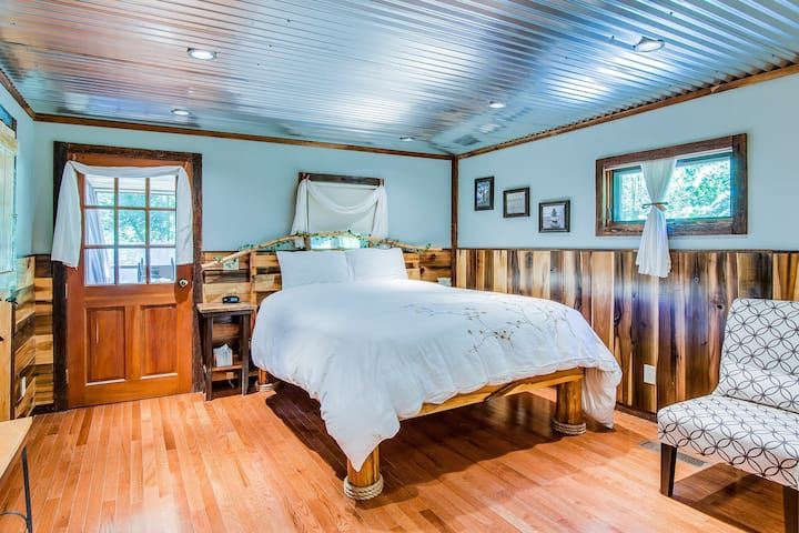 Bed and Breakfast on 82 secluded wooded acres near Nashville