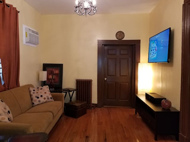 """SPECIAL"" DISCOUNTED RATES 4BDR House Bronx NYC!!"