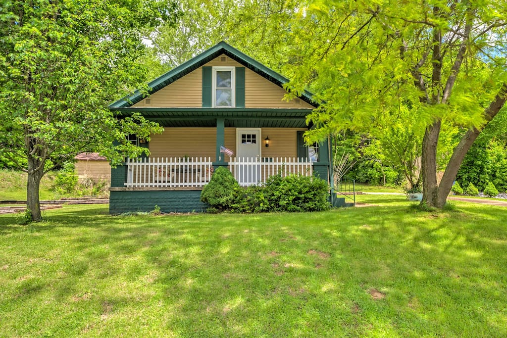Enjoy a relaxing getaway to this vacation rental cottage in Tell City, Indiana.