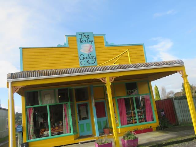 The Tea Cup Gallery: Unique historical experience: - Manunui - Talo