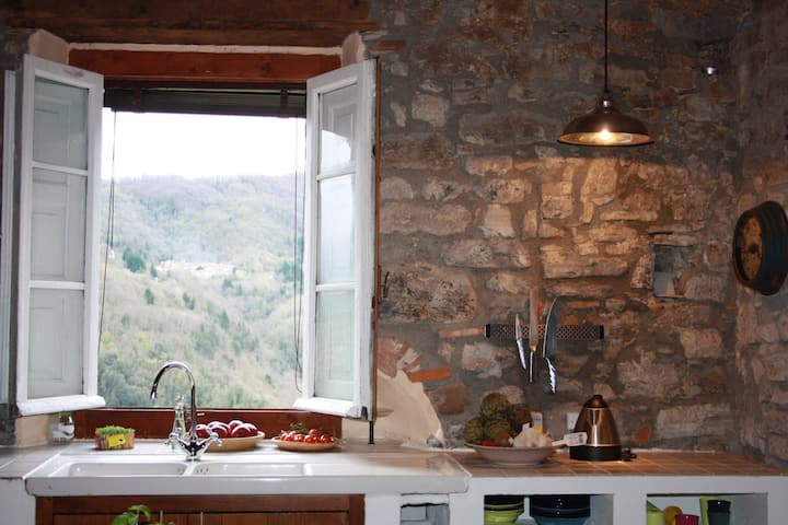Autentisk hus i bjergby Toscana