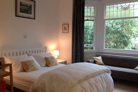 Spacious and sunny room in beautiful Didsbury - 曼徹斯特 - 獨棟