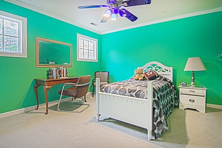 Comfortable Twin Bed with Desk and Clean Bathroom - Raleigh - House