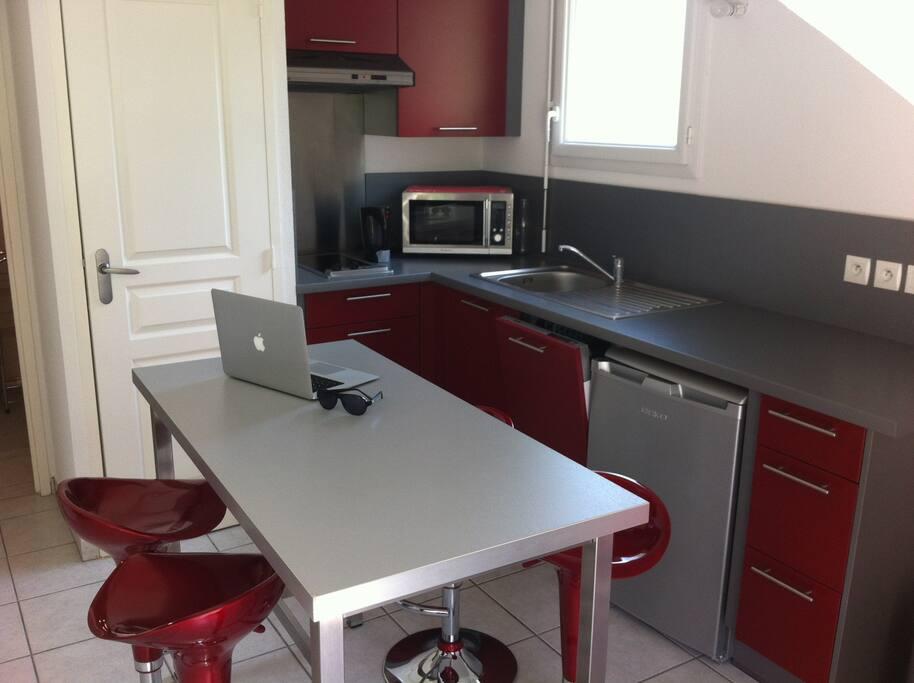 cuisine équipée avec frigo, lave vaisselle, micro onde, 2 plaques. Torchons, vaisselle ...
