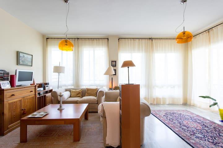 Room with desk and bath - Mairena del Aljarafe - Apartment
